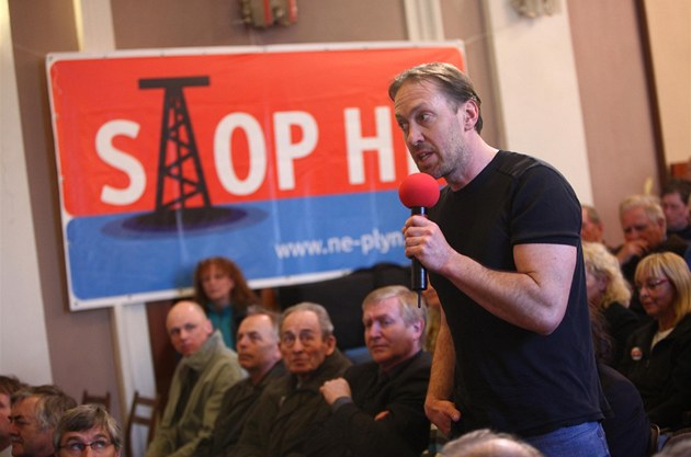 Lidé diskutovali o t�b� plynu v aule Jiráskova gymnázia v Náchod�.