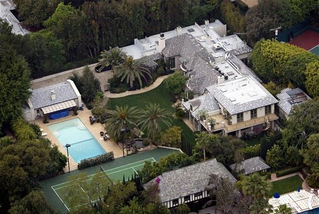 Vila ve francouzském venkovském stylu se m�e pochlubit tenisovým kurtem,