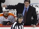 P�SKEJ TO! Peter Laviolette, tren�r hokejist� Philadelphie, k�i�� na rozhod��ho