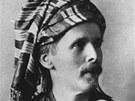 Karel May vyšňořený jako jedno ze svých knižních převtělení, Kara ben Nemsí