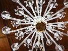 V kostelíku v Liberku u Rychnova nad Kněžnou instalovali nový křišťálový lustr.