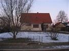 Pohled na dům se zahradou z ulice. Vlevo středně vzrostlá smuteční vrba, kterou