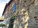 Kamenné zdi domu pocházejí z 15. století.