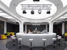 Bílou a černou doplnily výrazné barvy na čalouněném nábytku. Barvu však do