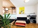 Přestože obývací pokoj není prostorný, zvládá roli jak klidové, tak obytné zóny.