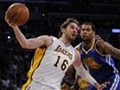 Pau Gasol z LA Lakers obch�z� Jeremyho Tylera z Golden State.