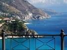 Vyhlídka na členité pobřeží Capo Vaticano
