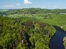 Obec Třebenice na protějším břehu a hráz Slapské přehrady zcela vlevo