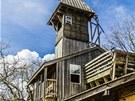Dům má deset pater, na vrcholku je zvonice.