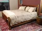 Místo úložného prostoru na lůžkoviny se skrývá pod postelí trezor.