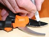 Na zahradnické nůžky vezměte černý permanentní fix a diamantový pilníček.