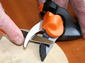 Ostří začerněné fixem krouživými pohyby přebrušujte pilníčkem, dokud čerň z