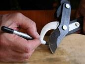 Nůžky na větve naostříte úplně stejně jako bežné zahradnické nůžky.