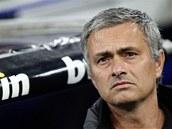 POZORNÝ DOHLED. Trenér José Mourinho z Realu Madrid sleduje své svěřence ostřížím zrakem.