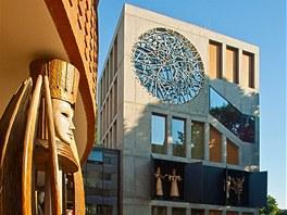 Přístavba Divadla loutek (vpravo) s orlojem se stala ostravským Domem roku 2011.