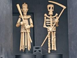 Dvě postavy z ostravského orloje v přístavbě Divadla loutek.