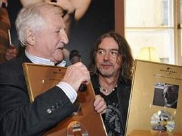 Pavel Bobek převzal 13. září 2010 zlatou desku za album Víc nehledám (vpravo