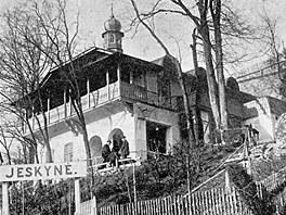Původní podoba vstupní budovy Mladečských jeskyní. Ta byla postavena na přelomu