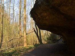 Jeden z mnoha skalních převisů na trase