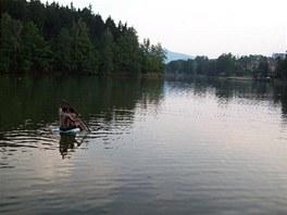 PETlodička obstála. Majitelé s ní pluli na přehradě nedaleko Harcovských kolejí.