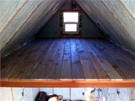 Ložnice mladého páru je v mezipatře pod střechou.