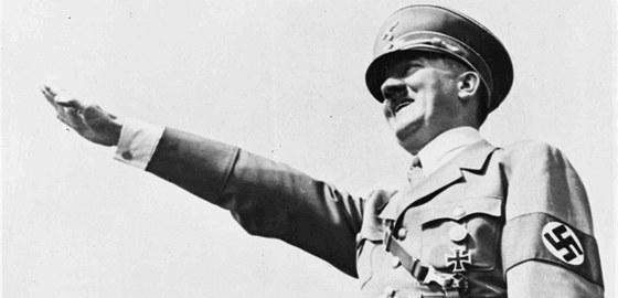 Pravice vztyčená vzhůru, vypnuté prsty. Hajlovat se nacisté naučili od italských fašistů. Ti si zase mysleli, že napodobují starý římský pozdrav. V antických textech však o podobném gestu není žádná zmínka. Na snímku z roku 1938 Adolf Hitler na shromáždění ve Vratislavi
