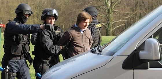 Vyzkoušel jsem si i eskort zadrženého, byl jím kolega z pořadu MenZone.