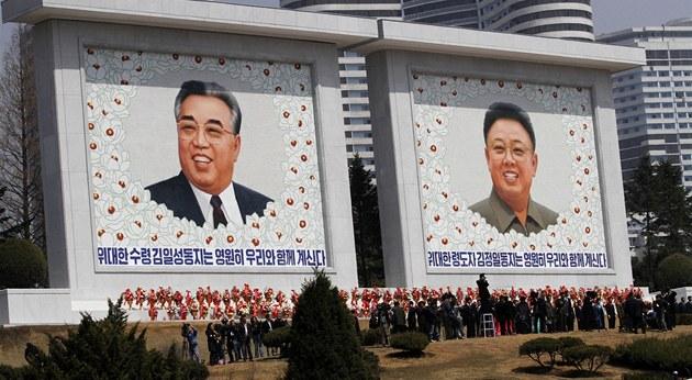 Zakladatel KLDR Kim Ir-sen (vlevo) a jeho syn a následník KIm �ong-il na nové