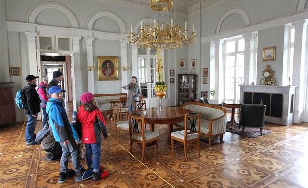 Na Da�ickém zámku se náv�t�vník�m otev�el opravený velký salon.