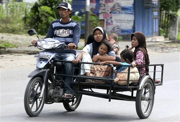 Indonéský mu� evakuuje svojí rodinu z m�sta BAnda Aceh. (11. dubna 2012)
