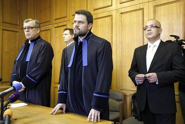 Vít Bárta a Jaroslav �kárka poslouchají rozsudek u Obvodního soudu v Praze (13.