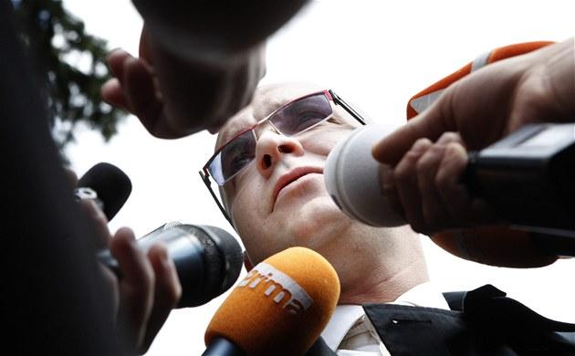 Jaroslav �kárka odpovídá na dotazy noviná�� po skon�ení soudního jednání (13.