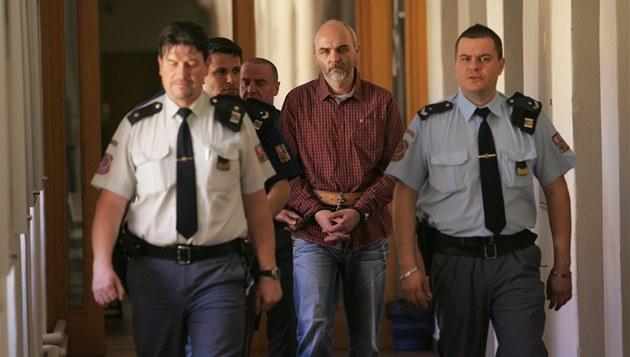 Eskorta p�ivádí do jednací sín� Okresního soudu v Hradci Králové Jaroslava