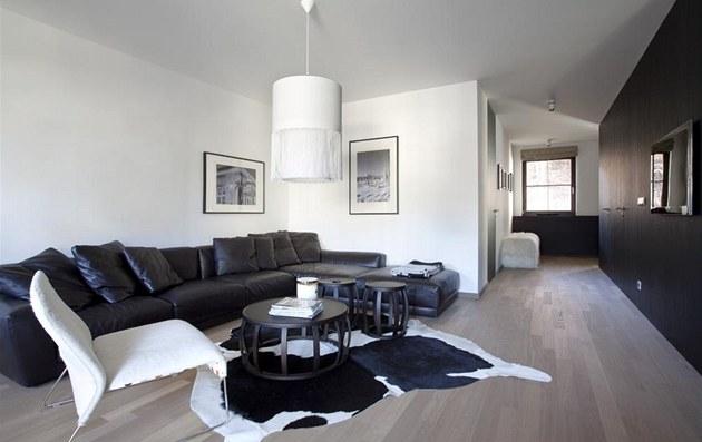 Obývací pokoj voln� navazuje na kuchy� a jídelnu. Tmavá sedací souprava Luis je