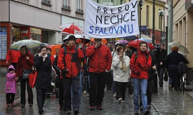 Zhruba stovka lidí protestovala v P�erov� proti stavb� nové spalovny odpad�.