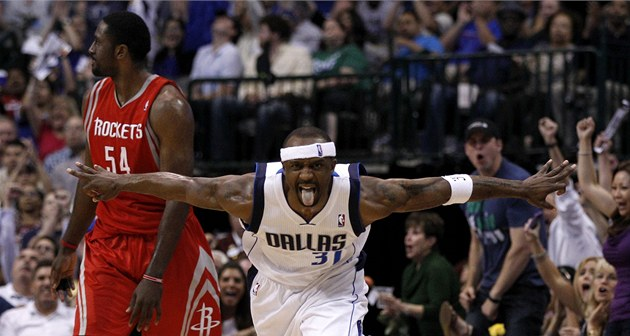 Jason Terry z Dallasu slaví ko� proti Houstonu.