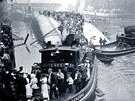 Záchrana pasažérů z výletní lodě SS Eastland po neštěstí na řece Chicago (24. července 1915)