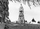 Pohled na původní rozhlednu stojící na Velkém Javorníku. Kvůli zchátralosti