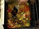 Zeleninku v troub� ob�as zkontrolujte. Kdy� je p�kn� ope�en�, p�idejte kousek...