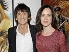 Ronnie Wood na newyorskou vernisáž svých obrazů přišel se svou mladou přítelkyní Sally Humphreysovou.
