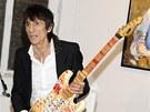 Kromě malby obrazů se Ronnie Wood věnuje i výzdobě kytar.