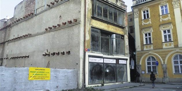 Zni�ený d�m stojí jen kousek od historických Vald�tejnských domk�.