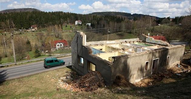 V zatá�kách nad Kunraticemi u� zbývá zbo�it jen ruinu posledního domu, který