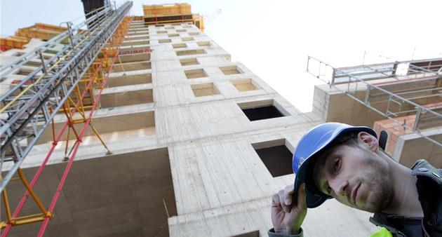 Do 13. patra mrakodrapu AZ Tower vozí d�lníky venkovní výtah. (25. duben 2012)