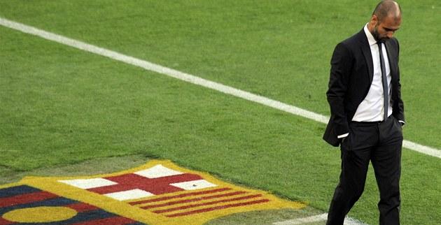 SMUTNÝ A SÁM. Pep Guardiola, trenér Barcelony, se sv�enou hlavou p�echází po...