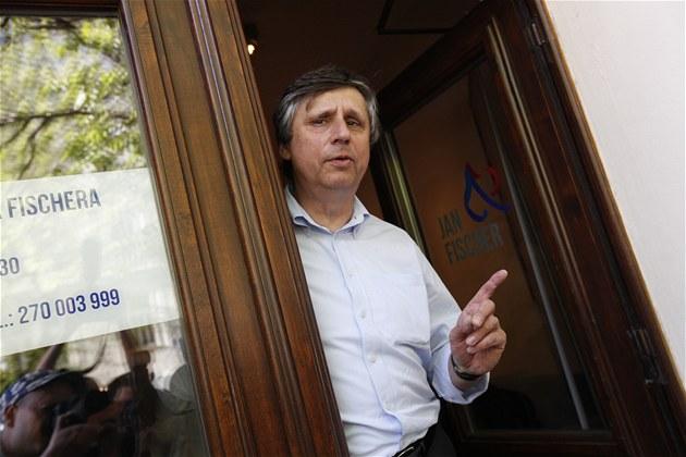 Bývalý premiér Jan Fischer p�ed svou volební kancelá�í na pra�ském �i�kov� (28....