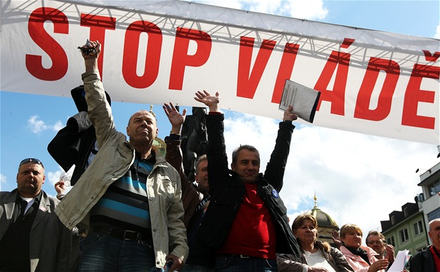 Odborá�tí p�edáci na pódiu b�hem demonstrace Stop vlád� na Václavském nám�stí