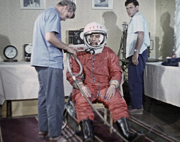 Vladimir Komarov jako náhradník pro let Vostoku při oblékání skafandru na...