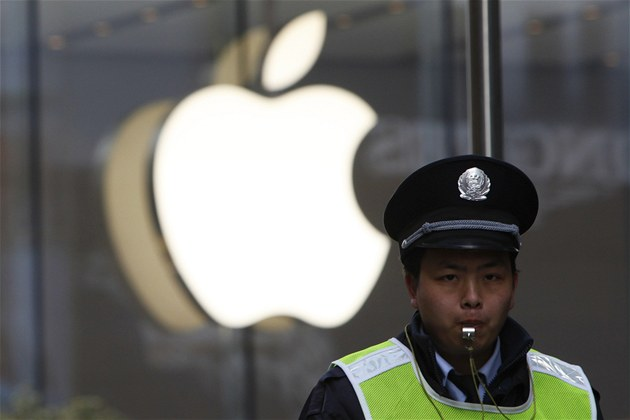 Policista stoj&#237;c&#237; ped &#237;nsk&#253;m obchodem Apple