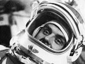"""Vladimir Komarov nacvičoval práci v beztížném stavu ve speciálním skafandru pro výstup do volného kosmu v letounu Tu-104 LL. Fotografie zveřejněná agenturou TASS po startu Sojuzu 1 bez bližšího vysvětlení však zmátla zahraniční komentátory, kteří ji považovali za záběr z kabiny """"prostorné kosmické lodi"""" a byli přesvědčeni, že Komarov letí do kosmu ve skafandru"""